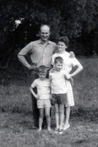 Milan Báchorek s budoucí ženou a dětmi příbuzných / 1967