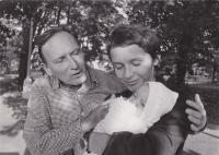 Sergej Machonin a Drahoslava Janderová se svojí prvorozenou dcerou Terezou (*1973) v kojeneckém ústavu v Krči