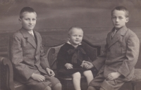 Kluci Machoninovi. Vlevo překladatel Sergej (*1918), Pavel (*1927) později známý český sociolog, Vladimir (*1920) český architekt, který se podílel na podobě obchodního domu Kotva v Praze