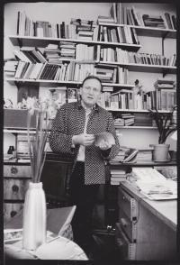 Sergej Machonin v bytě na Vinohradech ve své pracovní řeznické košili