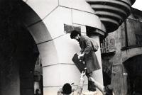 Ivan Junášek (Pavel Bártek´s colleague) removing a sign stating 'Lenin´s square' / Nový Jičín / November 1989    Ivan Junášek (kolega Pavla Bártka) sundavá ceduli Leninovo náměstí / Nový Jičín / listopad 1989