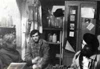Pavel Bártek (uprostřed) s hosty J-klubu ve sklepě u Ivana Mynáře / 1989 Pavel Bártek (in the middle) in the Ivan Mynář´s cellar with the J-Club guests / 1989