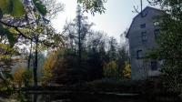 Pohled na Mrkvičkův (Blažkův) mlýn, který v roce 1943 vyhořel. Zbyla jen mlýnice a právě dostavěný rodinný dům. Fotografie pořízena 22. 10. 2019