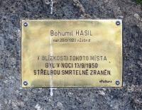 Památník na přibližném místě zavraždění Bohumila Hasila. Bratr Josefa osudný přechod v noci 13. 9. 1950 nepřežil.