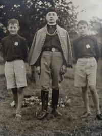 Milan Tichák na fotografii vpravo, uprostřed jeho otec Ferdinand a vlevo bratr v sokolských krojích při slavnosti znovuodhalení památníku Osvobození na Hradisku u Velkého Týnce