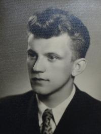 Milan Tichák na portrétní fotografii z maturitního tabla