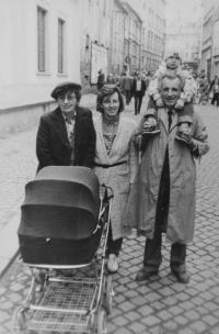 Milan Tichák s manželkou Milenou, dcerou Hanou a vnoučaty v roce 1990