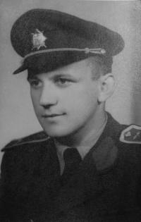 Milan Tichák v době studia Vojenského leteckého učiliště