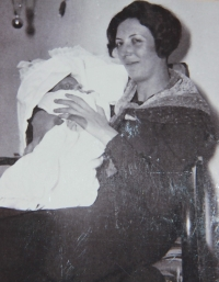 Maminka a Pavel v roce 1933 po návratu z porodnice