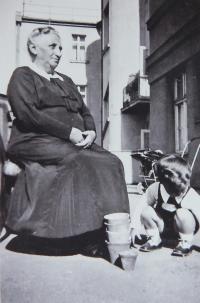 1935, Pavel s babičkou z matčiny strany
