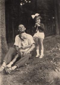 Pavel Jelínek, otec Josef Jelínek, sestřenice Hana Taussigová, Liberecko, 1938
