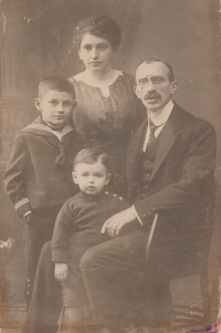 Rodina Weissových - Ewald, Rudolf, Augusta, Josef, Praha, 1920