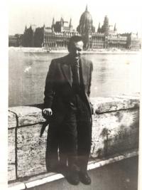 Young Lázló Regéczy-Nagy on the shore of Danube