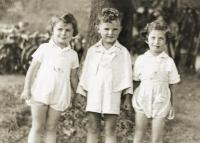 Zleva - ??, Pavel Jelínek, Hana Taussigová (zavražděna v Osvětimi), 1938