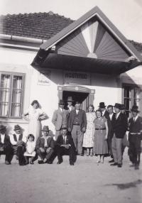 Dědeček Ján Murtin s dcerou Marií a ženou, 30. léta, Hrašovík