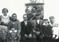 Květa Jeništová (vlevo dole) s rodinou - babička, matka, otec, bratr Jaroslav, Všechlapy 1931