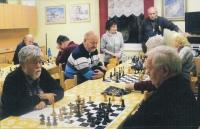 Květa Eretová (stojící uprostřed) v šachovém kroužku, 2014