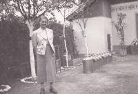Matka Marie v Hrašovíku, Slovensko, sběrné místo mléka u nich ve dvoře, 1934