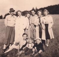 Skopalovi s přáteli a Jarosl. tetou Annou M. v Beskydech, nedaleko přechodu na Slov., 1940-41