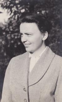 Věra Rolečková v srpnu 1957. Foceno na návštěvě v Dobřichovicích
