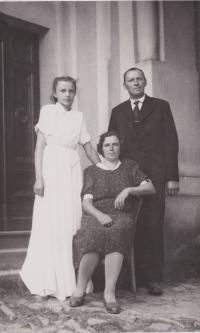 Věra Rolečková s rodiči Emílií a Josefem Blažkovými (1951)