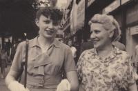Věra Rolečková spolu s tetou Vlastou Blažkovou, u které v Praze bydlela. Foceno v roce 1955