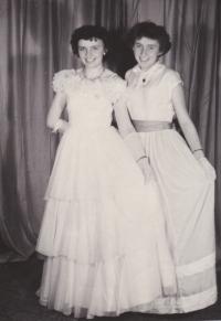 Maturitní ples 13. ledna 1956. Věra Rolečková vlevo a vedle ní sestra Květulína