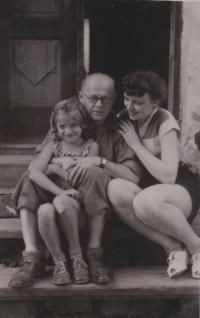 Na fotografii doktor Jindřich Blažek. Spolu s manželkou Vlastou naoko adoptovali Věru Rolečkovou, která díky nim mohla vystudovat