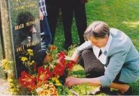Dcera mlynáře Věra Rolečková při slavnostním odhalení pamětní desky, 2002