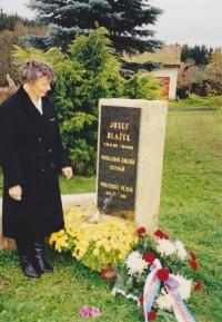 Věra Blažková při odhalení pamětní desky svého otce Josefa, 1998