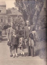 Rodiče Cyril a Marie Skopalovi, Jaroslav a sestra Dagmar na nám. Svobody v Přerově, 1944