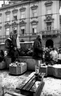 The wittness speaks to the people in Domažlice at the beginning of the revolution in the city – November 22, 1989