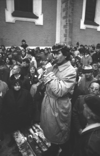 The psychologist Stanislav Volák, later Minister of Social Affairs of the Czech Republic in 1997-98, speaks to the people gathered on the square in Domažlice in November 1989.
