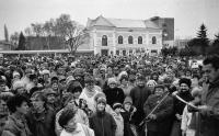 Fotografie z demonstrací v listopadu 1989 v Břeclavi, Zdeněk Hrubý na pódiu