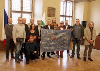 Faculty of Education strike committee + M. Hájek, L. Motl and others with a banner from 1989 (November 17th, 2019)