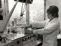 Milena Duchková-Neveklovská v první zubařské praxi, 1977
