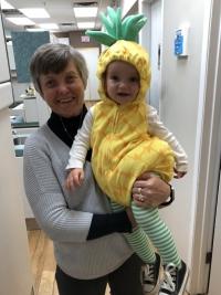 Milena Duchková-Neveklovská s vnučkou Addison v zubařské ordinaci, 2019