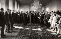 Milena Duchková na Pražském hradě po návratu z OH v Mexiku 1968