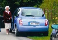 Anna Fischer se svým automobilem