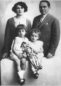 Milan Dobeš with his parents and brother (1930s)