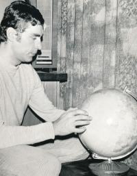 Jiří Daler with a globe that won in Sweden in the second half of the 1960s (photo by Vilém Kratochvíl)