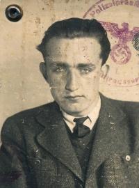 František Toulec na fotografii z tzv. Kennkarte, identifikačního průkazu za druhé světové války
