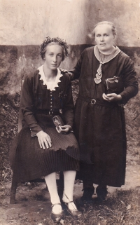 Mother and grandmother of Emil Baierl