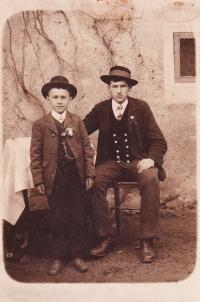 Emil Baierl jako dítě (stojící)
