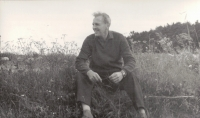 Tatínek Antonín Hašek na louce, Hleďsebe 1961