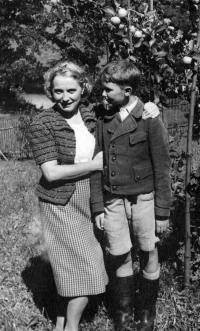 Karel Pexidr with his mother; Vícov, 1940