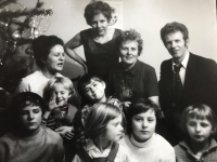 Emilia Sasinova, second in the upper row, together with her sisters and their children