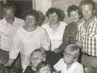 Emília Sasinová (druhá  sprava z horného radu) so sestrami a mamou (vľavo dole).