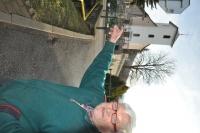 miesto pred kostolom v Selci, kde stáli chlapi nastúpení vo štvorstupe