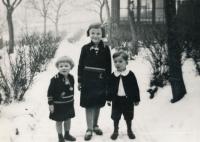 Hana Truncová v roce 1934 se sestrou Margitou a bratrancem Antonínem